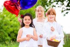 Bridesmaids свадьбы с корзиной лепестка цветка Стоковая Фотография
