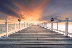 有没人的老木bridg码头反对美好的暗淡的天空用途 免版税库存照片
