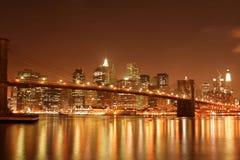 bridge den brooklyn natten arkivbild