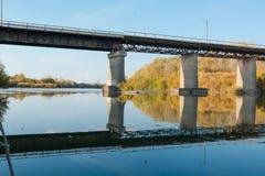 bridge den gammala over floden Höstlandskap med en bro royaltyfria bilder