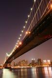 bridge den manhattan natten arkivbild