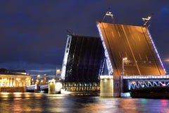 bridge den trevliga sikten för nattslottpetersburg russia st Royaltyfri Fotografi