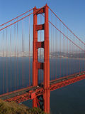 bridge det centrerade guld- nordliga tornet för porten Arkivfoto