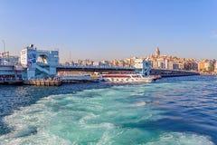 bridge för istanbul för kustlinjegalataen som sexhörniga hav för räcke modeller är squarish in mot sikt Royaltyfria Bilder