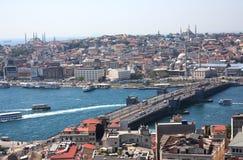 bridge för istanbul för kustlinjegalataen som sexhörniga hav för räcke modeller är squarish in mot sikt Arkivfoton