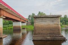 bridge gjorda bilder nära town för vägrussia rzhev Arkivfoto