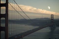 bridge guld- moonrise för porten Arkivbild