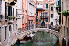 Bridge over a narrow canal sidelined by old buildings in Venice Stock Photography