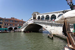 bridge rialtoen venice Royaltyfria Foton