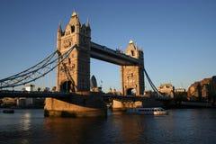 bridge skymningtornet Royaltyfri Bild