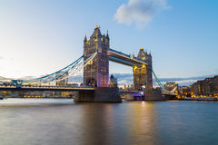 bridge skymningtornet royaltyfria foton