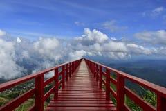 Bridgen rosso ed il cielo blu, Tailandia immagine stock