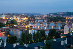 bridges aftonen prague Royaltyfri Foto