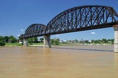 bridges den ohio floden som spänner över tre Arkivfoto