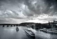 bridges den prague solnedgången royaltyfri fotografi