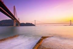 bridges det Hong Kong hav över solnedgång Royaltyfria Foton