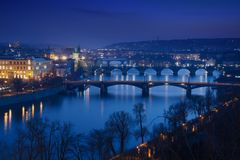 bridges natten prague Royaltyfri Fotografi
