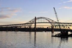 bridges skymningsilhouette tre Arkivfoto
