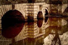 Bridgestone décoratif avec des clefs de voûte au-dessus de l'eau dans la sépia Photo libre de droits