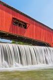 Bridgeton täckte bron och vattenfallet Royaltyfri Fotografi