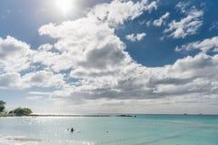 BRIDGETOWN, BARBADOS - 18 DE MARZO DE 2014: Playa de Bayshore en Barbados, Bridgetown Cielo nublado y agua del océano con la gent Fotografía de archivo libre de regalías