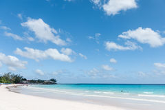 BRIDGETOWN, BARBADOS - 19 DE MARZO DE 2014: Playa de Bayshore en Barbados, Bridgetown Cielo nublado y agua del océano con la gent Fotografía de archivo