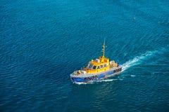Bridgetown Barbados, Grudzień, - 12, 2015: pilotowy łódź ratunkowa pławik w błękitnym morzu Morski pilota transport i obraz royalty free