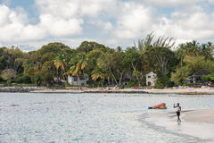BRIDGETOWN, BARBADOS - 11. MÄRZ 2014: Karibisches Meer und Strand mit lokalem Fischer in Barbados Karibisches Seeinsel Lizenzfreie Stockbilder