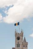 BRIDGETOWN BARBADOS - MARS 10, 2014: Barbados parlament med flaggan Royaltyfri Foto