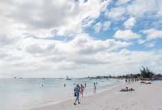 BRIDGETOWN BARBADOS - MARS 18, 2014: Bayshore strand i Barbados, Bridgetown Molnig himmel och havvatten Arkivbilder