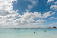 BRIDGETOWN BARBADOS - MARS 18, 2014: Bayshore strand i Barbados, Bridgetown Molnig himmel och havvatten med den lyxiga gruppyacht Royaltyfri Fotografi