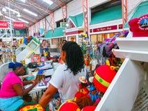 Bridgetown, Barbados - Mei 11, 2016: Winkelcentrum bij de hoofdstraat van de stad Royalty-vrije Stock Foto's