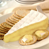 Brie και κροτίδες Στοκ Εικόνες