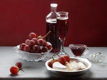 Brie, κρασί και σταφύλια Στοκ Φωτογραφία