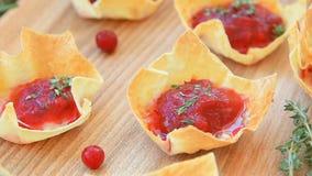 Brie των βακκίνιων μίνι tarts με ένα κλαδάκι του δεντρολιβάνου απόθεμα βίντεο