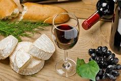 brie ψωμιού camembert κόκκινο κρασί τυριών Στοκ φωτογραφίες με δικαίωμα ελεύθερης χρήσης