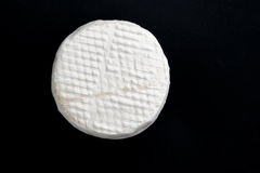 Brie auf einem dunklen Hintergrund Stockfotos