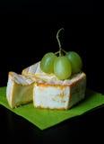 Brie/camembert com uvas Imagens de Stock