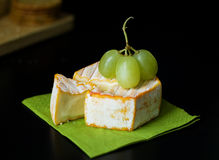 Brie/Camembert with Grapes Royalty Free Stock Photos