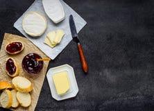 Brie Cheese con pan y atasco fotos de archivo libres de regalías