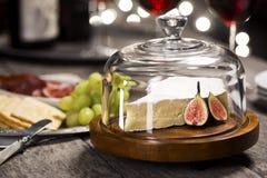 Brie Cheese e vinho para a véspera de anos novos Imagem de Stock Royalty Free