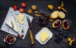 Brie Cheese mit Stau, Brot und Butter lizenzfreie stockfotos
