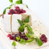 Brie do queijo com molho da airela e as folhas frescas da alface Foto de Stock Royalty Free