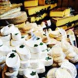 Brie du marché d'agriculteurs de produit frais de fromage Images libres de droits
