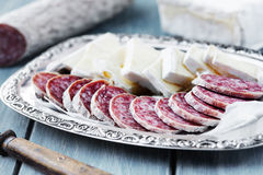 Brie en aan de lucht gedroogde salami Stock Afbeeldingen