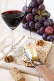Brie francés del queso suave, uvas rojas y vidrio de vino rojo Imagen de archivo libre de regalías