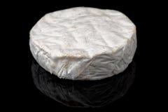 Brie lokalisiert auf schwarzem Hintergrund Lizenzfreie Stockbilder