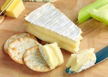 Brie maduro em um cheeseboard Fotografia de Stock Royalty Free