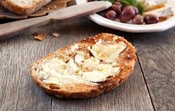 Brie op een brood stock foto's