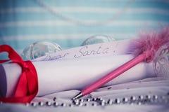 Brief aan Santa Claus With Christmas Background And-Exemplaarruimte royalty-vrije stock afbeeldingen